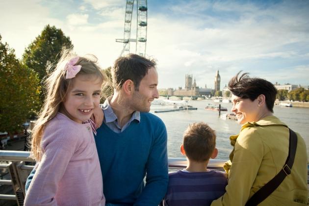 family-on-london-south-bank-copyright-vbsimon-winnall